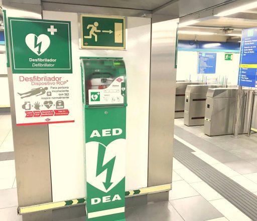 Desfibril·lador a una estació del metro de Madrid